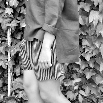 Uniform short, dark stripes linen