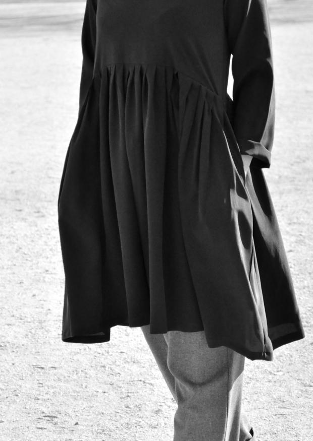Robe à plis manches longues, soie noire