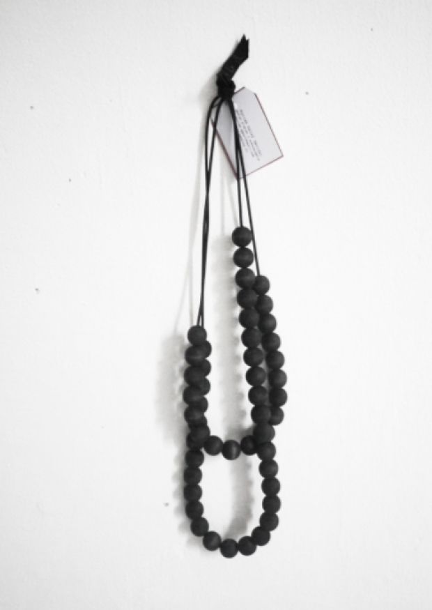 Wooden pearl necklace, black