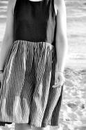 Robe à plis sans manche bicolore, lin noir et rayures sombres