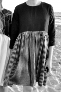 Robe à plis manches longues bicolore, lin noir et rayures sombres