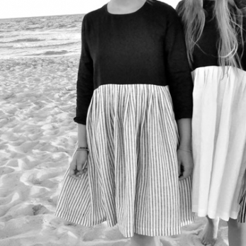 Bicolor pleated dress, long sleeves, black and light stripes linen