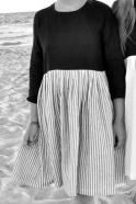 Robe à plis manches longues bicolore, lin noir et rayures claires