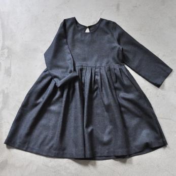 Robe à plis manches longues, lainage gris sombre