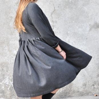 Robe à plis manches longues, lainage fin gris