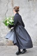 Manteau à plis, drap gris