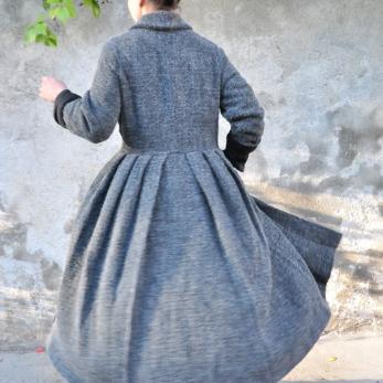 Pleated coat, curly wool drap