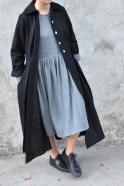 Manteau à plis, drap noir