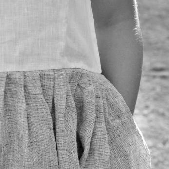 """Robe à plis sans manche bicolore, lin blanc et """"froissé"""""""