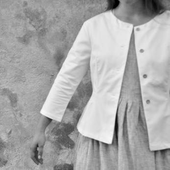 Veste cintrée, jean blanc