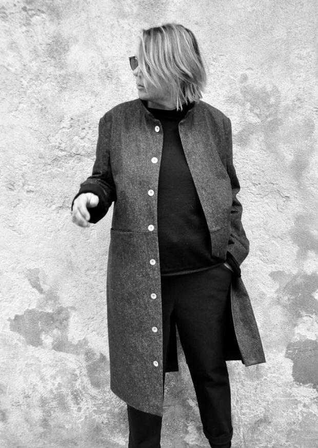 Manteau sculpteur, jean bleu
