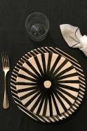 "assiette ""Rayures"" noires"