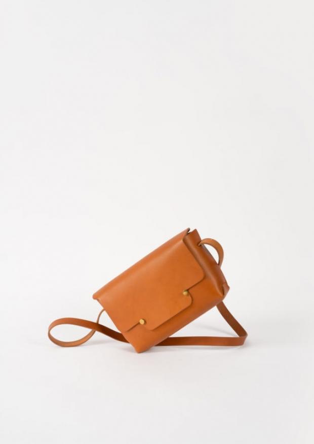The shoulder strap rectangle bag, whisky leather