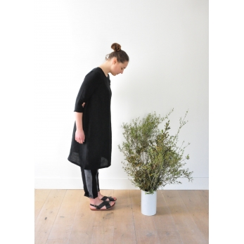 Flared dress, 3/4 sleeves, round neck, in black linen
