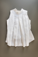 Sleeveless pleated shirt, white linen