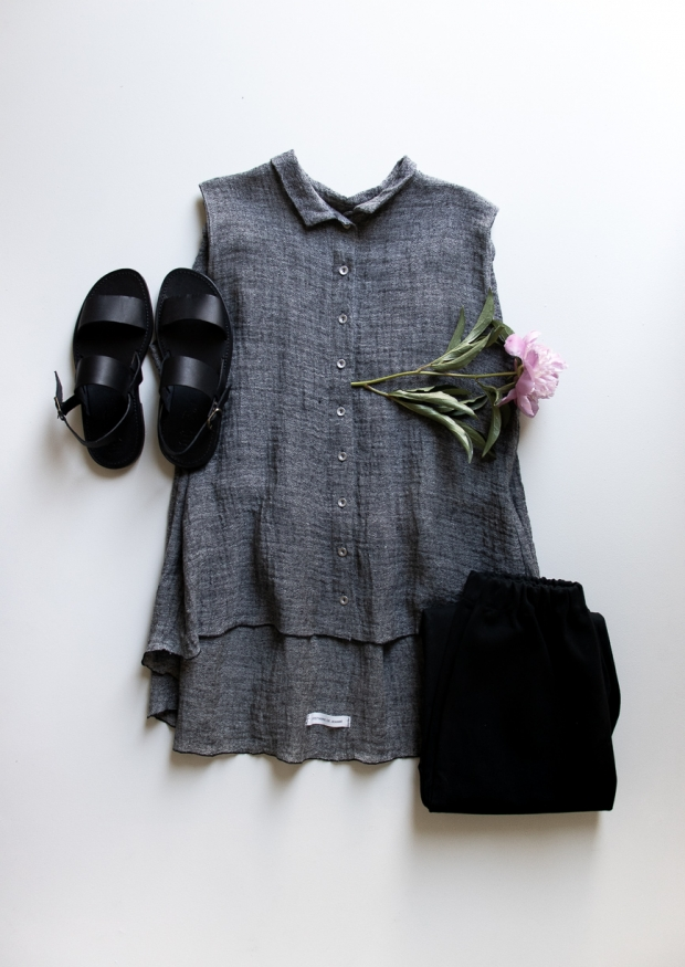 Sleeveless pleated shirt, grey linen