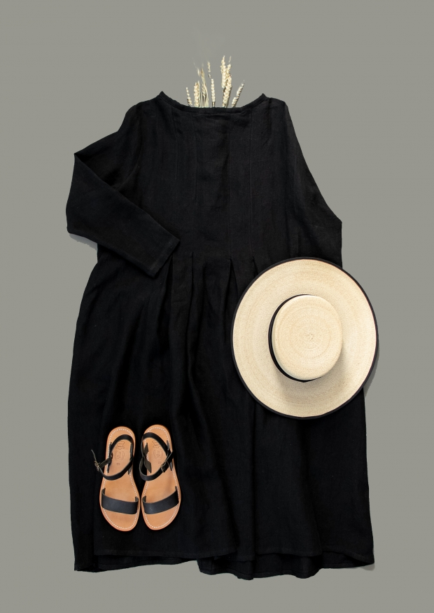 Long sleeves pleated dress, black linen