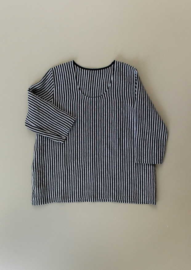 Blouse manches 3/4, col profond, lin rayures sombres