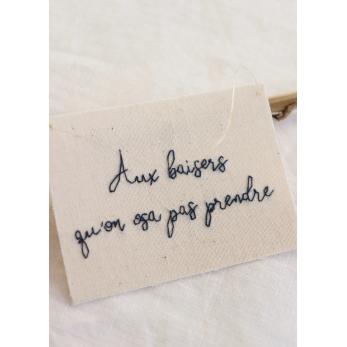 """Petit mot brodé """"Aux baisers..."""""""