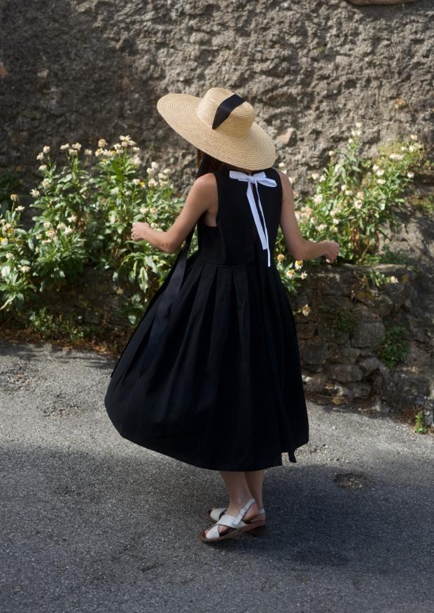 Robe longue nouée à plis, jean noir